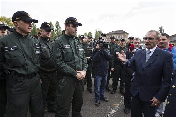 Pintér Sándor belügyminiszter (j) a Szlovákiából érkezett ötven rendőr fogadásán a Készenléti Rendőrségen 2015. október 20-án. MTI Fotó: Szigetváry Zsolt