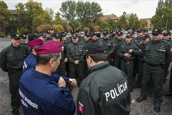 Magyar és Szlovákiából érkezett rendőrök a Készenléti Rendőrségen 2015. október 20-án. Az ötven szlovákiai rendőr a magyar-szerb határon segít magyar kollégáiknak. MTI Fotó: Szigetváry Zsolt
