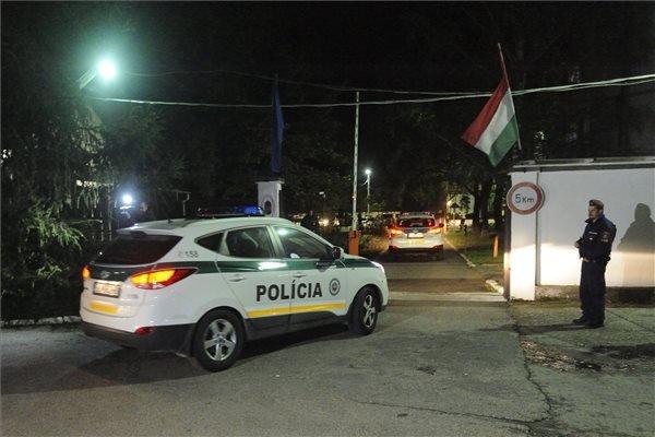 Szlovákiai rendőröket szállító autók megérkeznek a Szegedi Rendészeti Szakközépiskolába 2015. október 20-án. Az ötven rendőr a magyar-szerb határon segít magyar kollégáiknak. MTI Fotó: Kelemen Zoltán Gergely