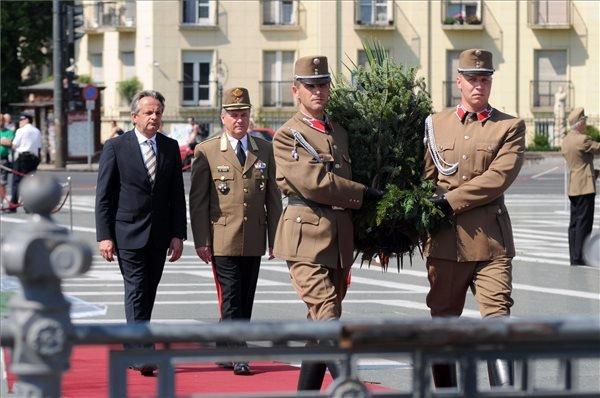 Vargha Tamás, a Honvédelmi Minisztérium parlamenti államtitkára (b) és Benkő Tibor vezérezredes, vezérkari főnök (b2) koszorút helyez el a hősök napja alkalmából rendezett megemlékezésen a Hősök Emlékkövénél a budapesti Hősök terén 2014. május 25-én.