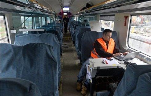 Egy szakember méréseket végez a MÁV saját fejlesztésű IC+ vasúti kocsijánban a tesztpróbán, az osztrák vasút Amstetten környéki pályáján 2013. november 28-án. Jelenleg a két prototípus nagysebességű féktechnikai mérése zajlik, jövőre Svájcban végzik el zajteszteket, ezekből az adatokból áll össze, hogy a jármű megfelel-e a legújabb vasúti közlekedési feltételeknek, és megkaphatja-e a nemzetközi forgalomban történő közlekedéshez szükséges típusengedélyt. MTI Fotó: Máthé Zoltán