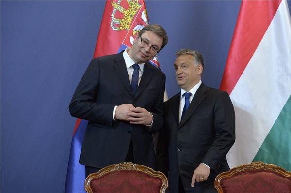 Aleksandar Vucic szerb miniszterelnök (b) és Orbán Viktor miniszterelnök a találkozójukat követően tartott sajtótájékoztatón az Országházban 2015. július 1-jén. MTI Fotó: Koszticsák Szilárd