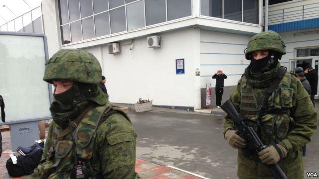 Orosz speciális egységek Szimferopol repülőterén.