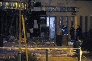 Rendőrök helyszínelnek egy bankfiók előtt 2014. január 13-án a XIII. kerületi Lehel utcában, miután az épület utcafronti fala mintegy tíz négyzetméter területen robbanás miatt kidőlt. MTI Fotó: Mihádák Zoltán