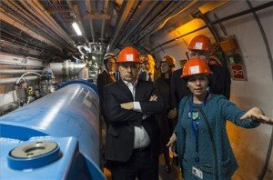 A Miniszterelnökség által közreadott, a CERN által készített képen Orbán Viktor miniszterelnök (b), Rolf-Dieter Heuer, az Európai Nukleáris Kutatási Szervezet (CERN) főigazgatója (háttérben középen) és Pálinkás József, a Magyar Tudományos Akadémia elnöke (j) a CERN genfi központjában 2014. január 12-én. MTI Fotó: CERN/Maximilien Brice