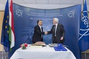 A Miniszterelnökség által közreadott, a CERN által készített képen Orbán Viktor miniszterelnök (b) és Rolf-Dieter Heuer, az Európai Nukleáris Kutatási Szervezet (CERN) főigazgatója kezet fog a CERN genfi központjában 2014. január 12-én. MTI Fotó: CERN/Maximilien Brice