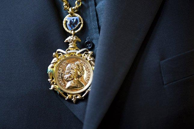 A Corvin-lánc viselőjén.