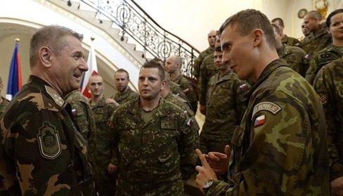 cseh_es_szlovak_katonak_koszontese_budapesten