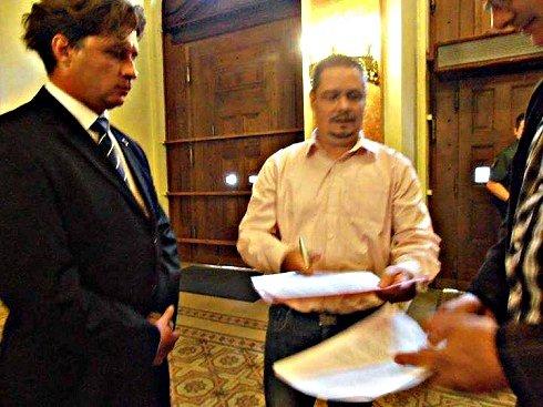Binder István szóvivő (MNB) átveszi a petíciót.