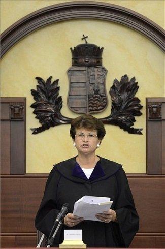 Vezekényi Ursula tanácsvezető bíró a lakossági devizahitel-szerződés semmisségének megállapítása iránt indított per ítélethirdetésén a Kúrián 2013. július 4-én. A Kúria döntése szerint a vitatott devizahitel-szerződés érvényes, de az árfolyamrés egy százalék plusz-mínusz fél százalék lehet. MTI Fotó: Kovács Tamás