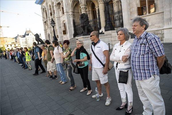 Budapest, 2018. május 7. Résztvevők az Élőláncot a Parlament köré! elnevezésű demonstráción a budapesti Kossuth téren az Országgyűlés alakuló ülése előtti napon, 2018. május 7-én. MTI Fotó: Szigetváry Zsolt