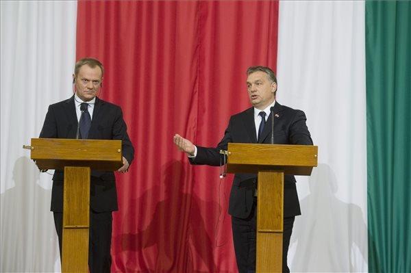 Megbeszélésüket követően Orbán Viktor miniszterelnök (j) és Donald Tusk lengyel kormányfő sajtótájékoztatót tart a Parlament Delegációs termében 2014. január 29-én. MTI Fotó: Koszticsák Szilárd
