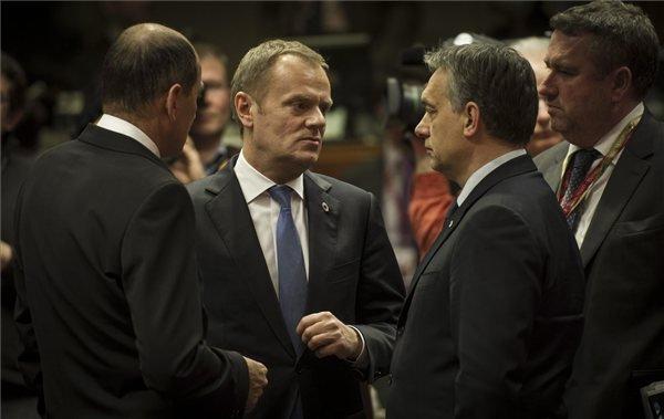 A Miniszterelnökség által közreadott képen Orbán Viktor miniszterelnök (j2) és Donald Tusk lengyel miniszterelnök.