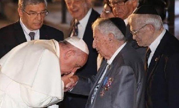 Ferenc pápa kezetcsókol.