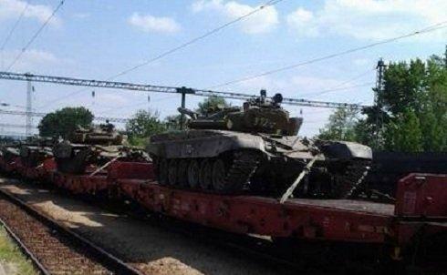Használatra alkalmatlan hadieszközöket szállít Kalocsáról Nyírtelekre a honvédség