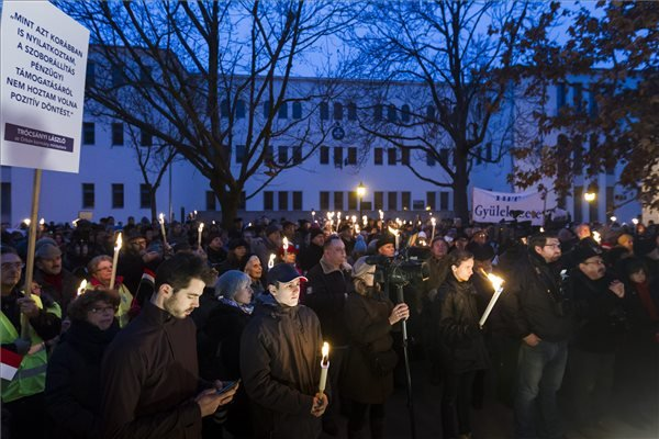 A székesfehérvári zsidó hitközség és a Magyarországi Zsidó Hitközségek Szövetségének közös, Fénnyel a sötétség ellen! címmel megrendezett hanukai ünnepsége a székesfehérvári Bartók Béla téren 2015. december 13-án. A résztvevők a térre tervezett Hóman Bálint-szobor felállítása ellen tiltakoztak.