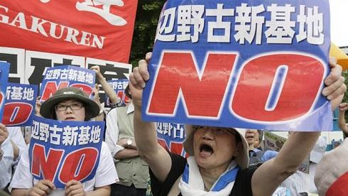 Japán- Több ezer tüntető tiltakozott az új amerikai katonai bázis létrehozása ellen