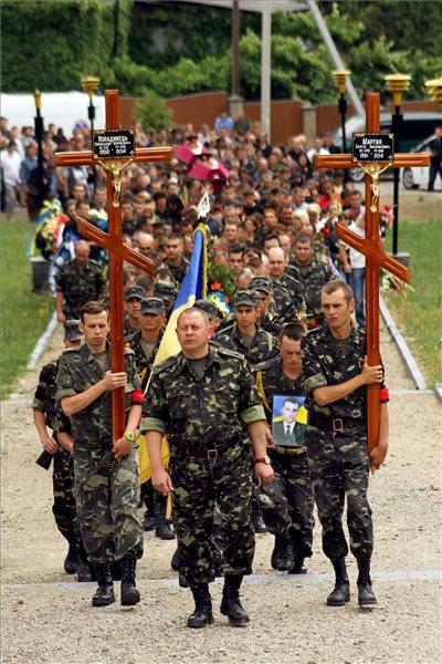 Katonák kelet-ukrajnában elesett két bajtársukat kísérik végső nyughelyére Ungváron 2014. június 21-én. MTI Fotó: Nemes János