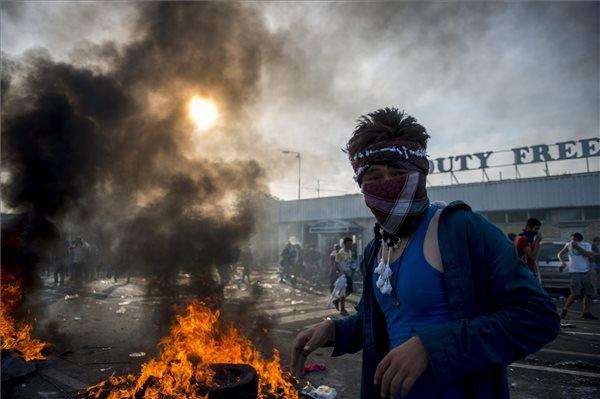 Tüntető migráns a Horgos-Röszke határátkelőhely szerbiai oldalán 2015. szeptember 16-án. A magyar rendőrök könnygázt és vízágyút is bevetettek a határ magyar oldaláról az őket dobáló illegális bevándorlókkal szemben. MTI Fotó: Sóki Tamás