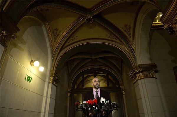 Kovács Zoltán kormányszóvivő a devizahitelek forintosításáról tartott sajtótájékoztatóján a Parlamentben 2014. november 10-én. MTI Fotó: Bruzák Noémi