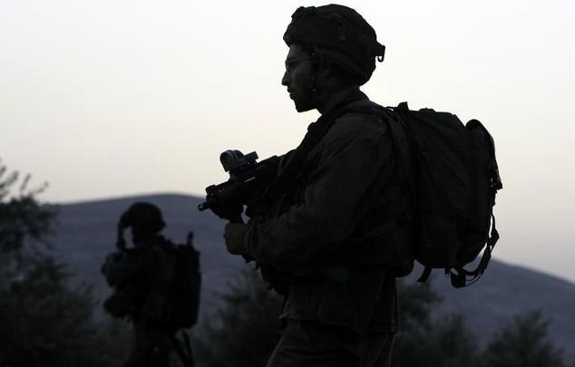 Izraeli katonák járőröznek az utcán a West Bank, délkeletre nablusi on június 20, 2014 © Jaafar Ashtiyeh (AFP
