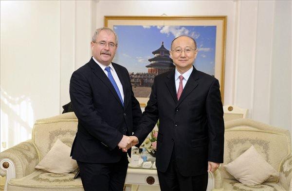 Fazekas Sándor földművelésügyi miniszter (b) kezet fog a kínai minőségfelügyeleti, ellenőrző és karanténhivatal miniszterével, Cse Su-pinggel a magyar marhahús kínai exportjáról szóló megállapodás aláírása előtt Pekingben 2014. november 13-án. MTI Fotó: Trebitsch Péter