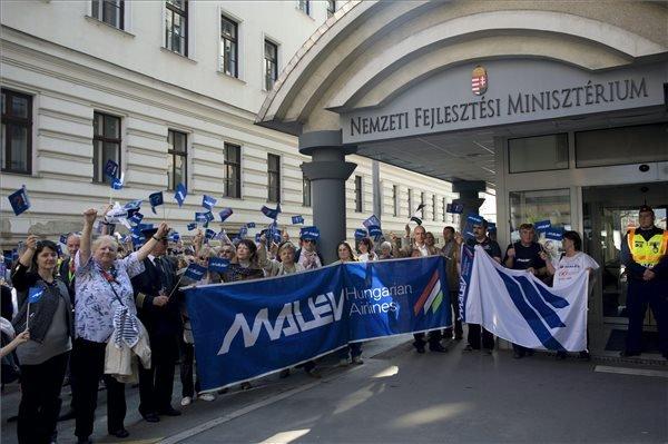 Résztvevők a HUNALPA Magyar Közforgalmú Pilóták Egyesülete és a Malév Munkavállalók Érdekvédelmi Szervezetei demonstrációján a Nemzeti Fejlesztési Minisztérium épülete előtt, Budapesten 2014. március 29-én. MTI Fotó: Kallos Bea