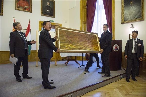 Cahiagijn Elbegdorzs mongol államfő (b2) egy festményt ad át Mezey Barnának, az ELTE rektorának az Eötvös Loránd Tudományegyetem (ELTE) Bölcsészettudományi Karán 2014. október 18-án, ahol mongolisztikai kutatóközpont nyílt. MTI Fotó: Koszticsák Szilárd