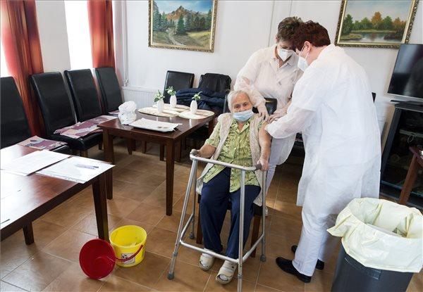 Bilinszky Zsuzsanna orvos (j) egy lakót olt be a Pfizer-BioNTech koronavírus elleni vakcinájával az időseket gondozó Pápa Város Önkormányzatának Egyesített Szociális Intézményében 2021. január 28-án. Az idősotthonban első alkalommal oltották be a dolgozókat és a lakókat. MTI/Krizsán Csaba