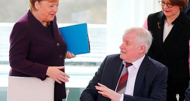 Koronavírus: A német belügyminiszter visszautasította Angela Merkel kézfogását