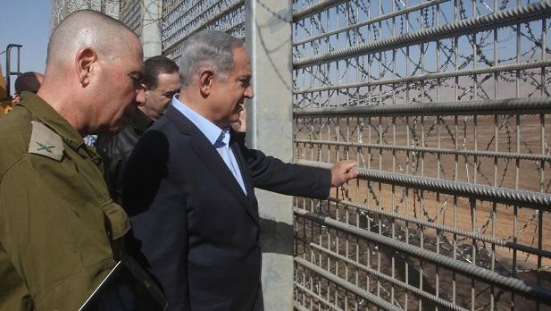 Netanyahu kerítést épít a bevándorlók ellen.