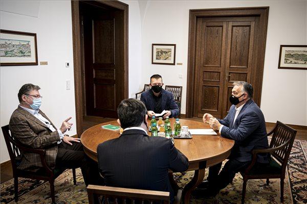 Budapest, 2020. november 8. A Miniszterelnöki Sajtóiroda által közreadott képen Orbán Viktor miniszterelnök (j) Parragh Lászlóval, a Magyar Kereskedelmi és Iparkamara (MKIK) elnökével (b) tanácskozik a Karmelita kolostorban 2020. november 8-án. Szemben Rogán Antal, a Miniszterelnöki Kabinetirodát vezető miniszter (k), háttal Nagy Márton miniszterelnöki megbízott, gazdaságpolitikai tanácsadó. MTI/Miniszterelnöki Sajtóiroda/Fischer Zoltán