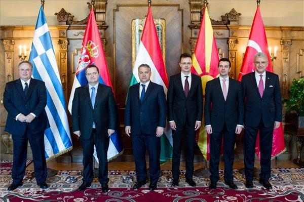 A Miniszterelnöki Sajtóiroda által közreadott képen Orbán Viktor miniszterelnök (b3) fogadja Nikosz Kociasz görög (b), Ivica Dacic szerb (b2) és Nikola Poposzki macedón (b5) külügyminisztert, valamint Volkan Bozkirt, Törökország uniós ügyekért felelős miniszterét (j) az Országházban 2015. április 7-én. A kormányfő mellett Szijjártó Péter külgazdasági és külügyminiszter (b4).