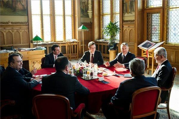 A Miniszterelnöki Sajtóiroda által közreadott képen Orbán Viktor miniszterelnök (j3) fogadja Nikosz Kociasz görög (j2, háttal), Ivica Dacic szerb (b) és Nikola Poposzki macedón (b2) külügyminisztert, valamint Volkan Bozkirt, Törökország uniós ügyekért felelős miniszterét (j) az Országházban 2015. április 7-én. A kormányfő mellett Szijjártó Péter külgazdasági és külügyminiszter (szemben középen).