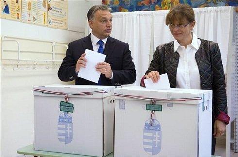 2014. október 12. Orbán Viktor miniszterelnök és felesége, Lévai Anikó szavaz a Zugligeti Általános Iskolában, a XII. kerületi 53-as számú szavazókörben az önkormányzati választáson 2014. október 12-én. MTI Fotó: Koszticsák Szilárd