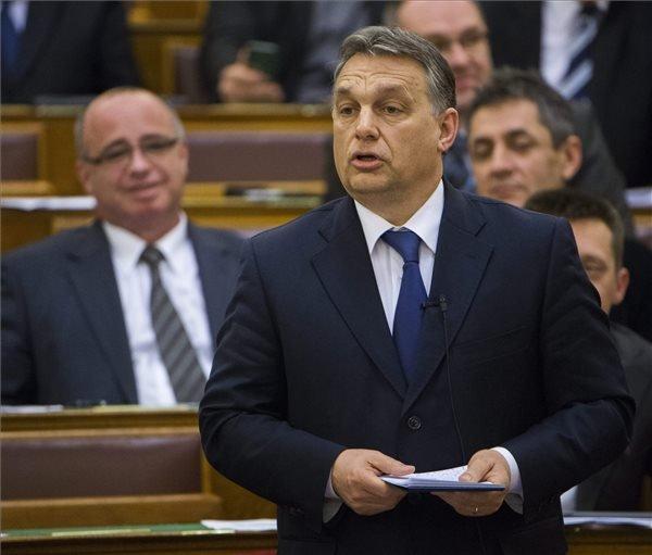 """Orbán Viktor miniszterelnök válaszol a jobbikos Mirkóczki Ádám """"Lehet így hitelesen kormányozni?"""" című azonnali kérdésére az Országgyűlés plenáris ülésén 2015. március 16-án.  A kormányfőt az azonnali kérdések során Mirkóczki Ádám arról kérdezte, igaz-e Simicska Lajos nagyvállalkozó vádja, miszerint a katonaság idején együttműködött a III/4-es főcsoporttal. MTI Fotó: Illyés Tibor"""