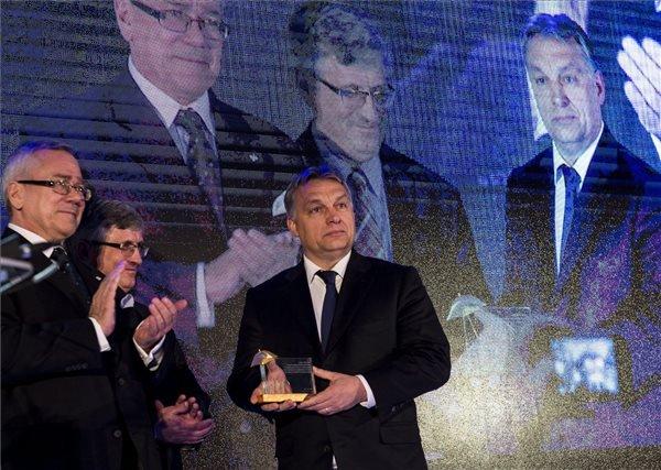 A Miniszterelnöki Sajtóiroda által közreadott képen Orbán Viktor miniszterelnök átveszi az Arany Ernyő-díjat  a lengyel gazdasági kamara rendezvényén Varsóban 2015. február 19-én. MTI Fotó: Miniszterelnöki Sajtóiroda / Burger Barna