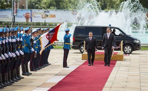 A Miniszterelnöki Sajtóiroda által közreadott képen Aleksandar Vucic szerb miniszterelnök (j) katonai tiszteletadás mellett fogadja Orbán Viktor kormányfőt a belgrádi Szerbia Palota előtt 2014. július 1-jén. MTI Fotó: Miniszterelnöki Sajtóiroda/Kobza Miklós