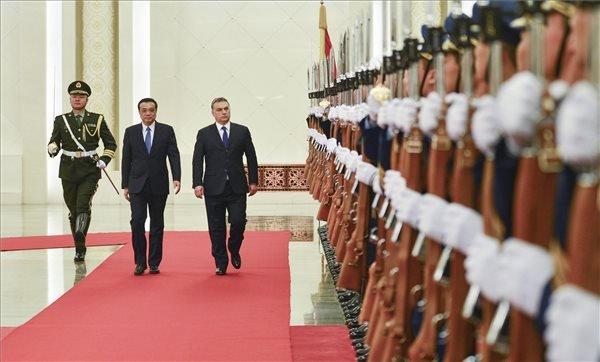 A Miniszterelnöki Sajtóiroda által közreadott képen Li Ko-csiang kínai miniszterelnök (b2) katonai tiszteletadás mellett fogadja a hivatalos kínai látogatáson tartózkodó Orbán Viktor miniszterelnököt (b3) az Országos Népi Gyűlés épületében Pekingben 2014. február 12-én. MTI Fotó: Miniszterelnöki Sajtóiroda/Burger Barna