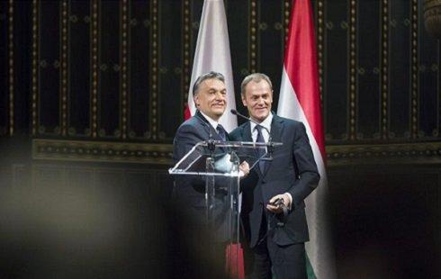 Orbán Viktor miniszterelnök (b) mond beszédet Donald Tusk lengyel kormányfő (j) társaságában a Zeneakadémián tartott ünnepi díszelőadás előtt 2014. január 29-én. Tusk kabinetjének több tagjával a magyar-lengyel kormányközi csúcstalálkozóra érkezett Budapestre. MTI Fotó: Koszticsák Szilárd