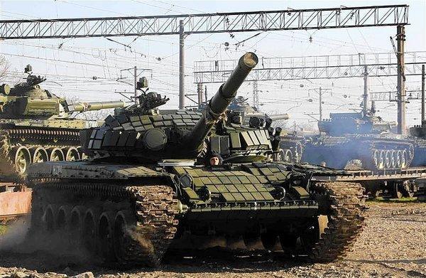 Orosz T-72-es nehézharckocsik kivagoníroznak az orosz-ukrán határ közelében.