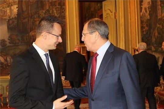A Külgazdasági és Külügyminisztérium (KKM) által közreadott képen Szijjártó Péter külgazdasági és külügyminisztert (b) fogadja Szergej Lavrov orosz külügyminiszter Moszkvában 2015. október 21-én. MTI Fotó: KKM