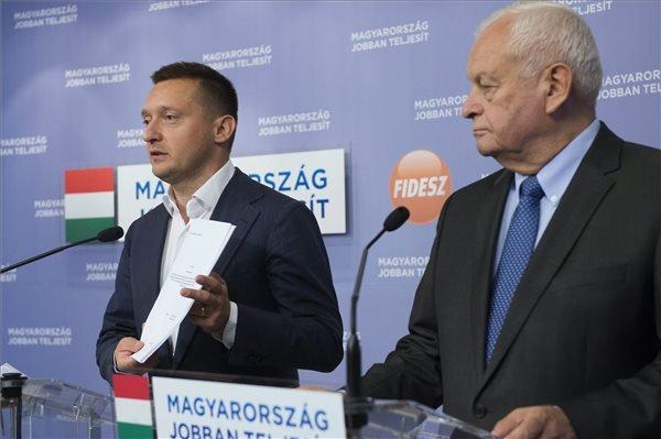 Rogán Antal, a Fidesz frakcióvezetője a bankok elszámoltatásáról szóló törvényjavaslatot mutatja a Harrach Péterrel, a KDNP frakcióvezetőjével (j) a két párt országgyűlési képviselőcsoportjainak közös évadnyitó frakcióüléséről tartott sajtótájékoztatón a Képviselői Irodaházban 2014. szeptember 12-én. MTI Fotó: Koszticsák Szilárd