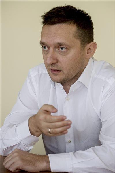 Rogán Antal, a Fidesz parlamenti frakciójának vezetője interjút ad a Magyar Távirati Iroda újságírójának a Képviselői Irodaházban 2014. december 22-én. MTI Fotó: Koszticsák Szilárd