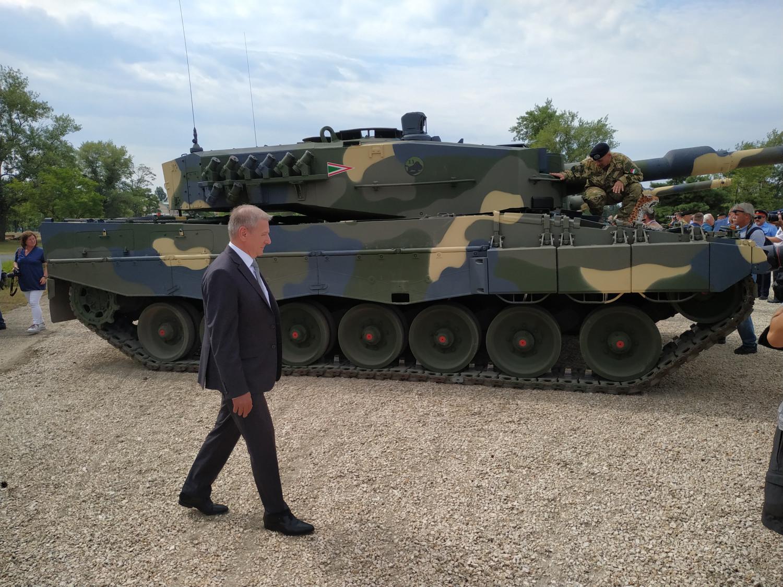 Benkő Tibor Honvédelmi Miniszter szemügyre veszi az egyik átadott Leopard 2A4HU-t. Fotó: Portfolio