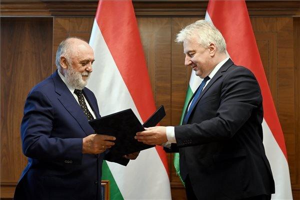 Semjén Zsolt miniszterelnök-helyettes (j) és Németh Sándor, a Hit Gyülekezete vezető lelkésze a kormány és az egyház között létrejött új, átfogó szerződés aláírásán a Karmelita kolostorban 2020. július 24-én. MTI/Koszticsák Szilárd