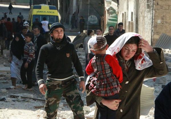 A szíriai nő a vér az arcán hordozza a gyermek követően jelentett légicsapás a kormányzati erők az északi város Aleppo március 15-én. Az Aleppo, miután Szíria kereskedelmi tőke, a rendszer megőrizte a város nyugati, míg előre körül a helység lázadó tartott keleti biztosítása és újbóli megnyitása a közeli