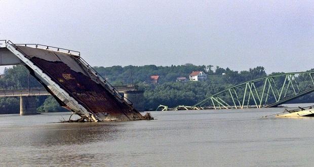Egy autópálya és vasúti híd megsemmisült a NATO bombázásai  során, a képen Ostruznica belgrádi külváros látható. ©  Reuters