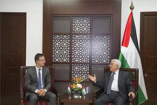 A Külgazdasági és Külügyminisztérium által közreadott képen Mahmúd Abbász, a Palesztin Hatóság elnöke (j) fogadja Szijjártó Péter külgazdasági és külügyminisztert Rámalláhban 2015. november 17-én.