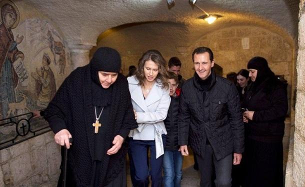 Fotó: Bashar Assad szíriai elnök karácsonykor a főváros Damaszkusz közelében lévő keresztény árvaházba látogatott. A szír elnökség Facebook-oldalán közzétett fényképek azt mutatják, hogy az elnök feleségével, Asmával együtt apácákkal és árvákkal álldogált Damaszkusz Sednaya külvárosában.